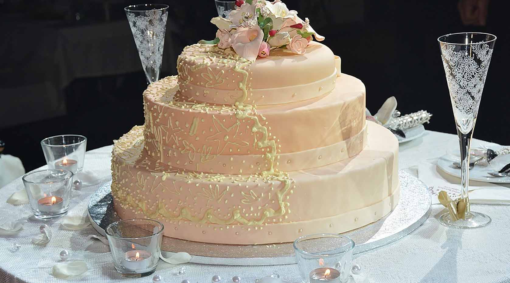 Three tiere pink wedding cake.